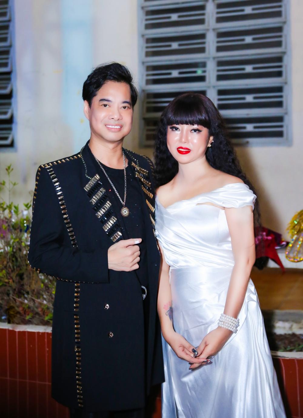 Thư Kỳ - em gái nuôi của ca sĩ Akira Phan kết hợp với đàn anh Ngọc Sơn